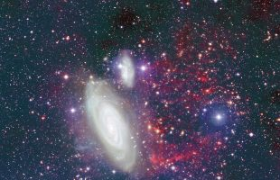 Galaxy trailed by stunning plume of gas